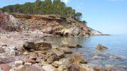 Orilla del mar y rocas en playa s'hort de sa cova